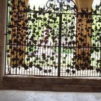 Abbaye de fontfroide le portail en fer forgé
