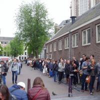 Amsterdam file d'attente devant la maison d'Anne Franck