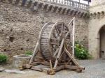 grue dans la cour du château d'Estaing