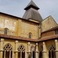 le cloître et le clocher de l'église