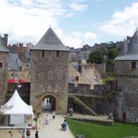 Fougeres  l'entrée avec la tour Mélusine et la tour des Gobelins