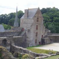 Fougeres tour Surienne en arrière plan l'église st Sulpice