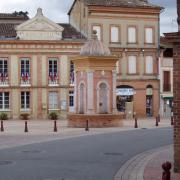 Samatan la mairie et la fontaine Belleforest