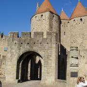 Carcassonne entrée de la citadelle. Sculpture  de dame Carcas